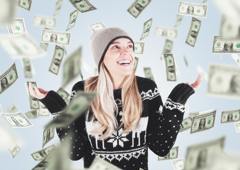 Donna con soldi cadono dal cielo, vincita o saldi